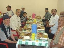 Tek başına yaşayan yaşlılara camide iftar veriliyor