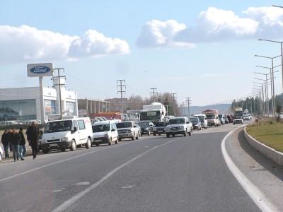 Çöp alanına karşı çıkan köylüler yolu trafiğe kapattı
