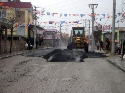 Karacasu'ya yağmurlu günde asfalt döküldü!