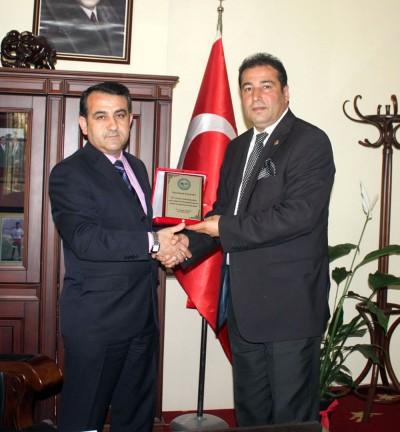 Ak Parti'li meclis üyesinden CHP'li başkana plaket!