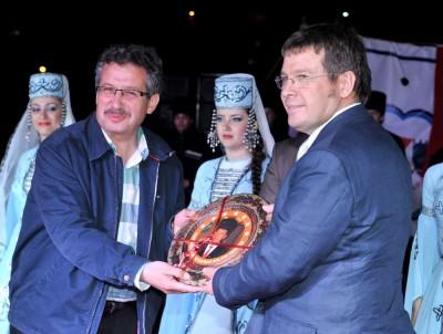 Kafkaslardan Başkan Poyraz'a plaket..