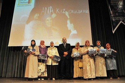 'Ana Kız Okuldayız' kursiyerlerine belge ve ödül