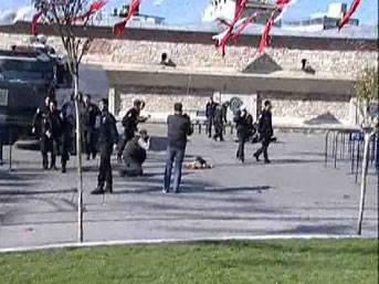 FLAŞ: İstanbul Taksim'de canlı bomba patladı!