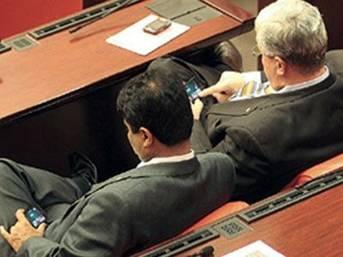Meclis'te vekiller okeyde yakalandı!...