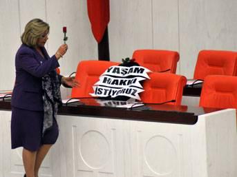 Başbakan'ın koltuğuna siyah çelenk!