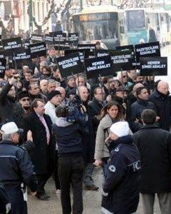 Gazetecilerden siyah bantlı protesto!