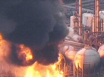 Japonya'da petrol tesisleri yanıyor!