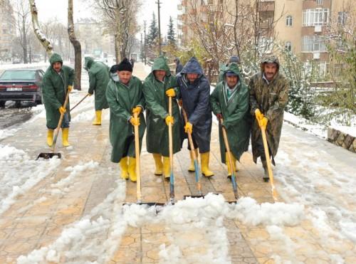 Belediye Fen İşleri ekiplerinin 'kar' mesaisi...
