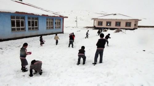 Elbistan'da kar köy yollarını kapattı…