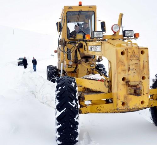 Karlı yolların 'cefakar' çalışanları…