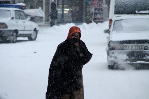 Göksun ilçesinde kar yağışı hayatı olumsuz etkiliyor