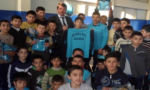 Osman Okumuş'tan 'geleceğin güreşçileri'ne destek..