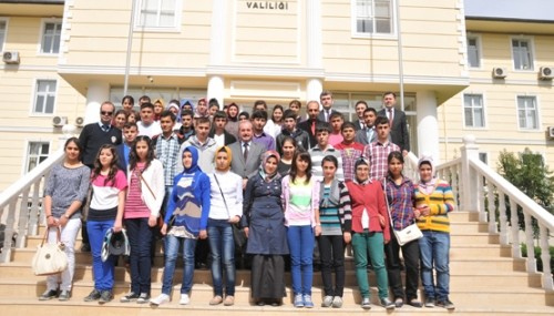 Çağlayancerit'ten 40 öğrenci Vali'yi ziyaret etti..