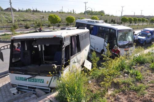 Servis araçları çarpıştı: 14 yaralı..