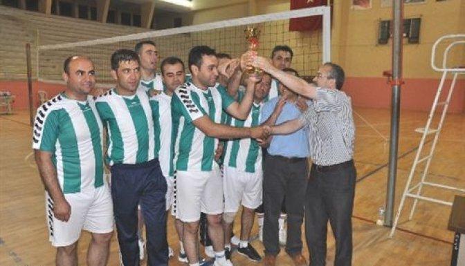 Voleybol turnuvasının şampiyonu ETEM oldu..