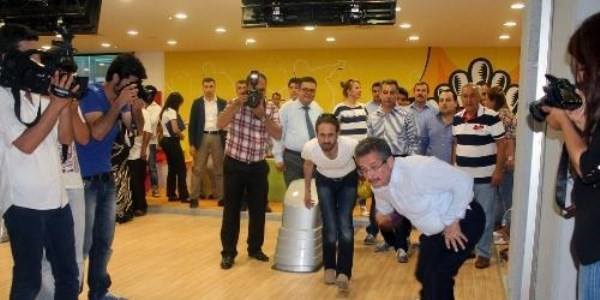 Gazeteciler bowling turnuvasında stres attı..