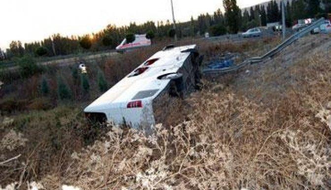Yolcu otobüsü devrildi, 27 yaralı