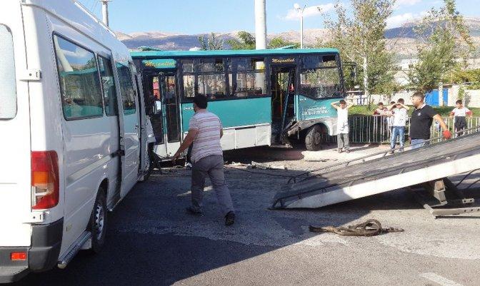 Halk Otobüsü Öğrenci Servisiyle çarpıştı: 10 Yaralı
