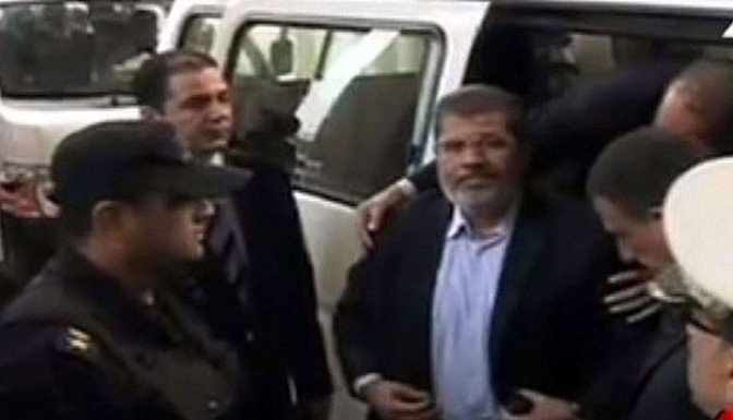 Mursi Mısır'da askerlere meydan okuyor