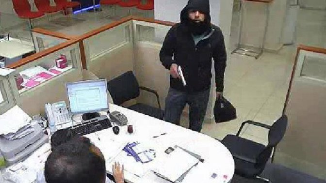 Bankacılar şaka sandı soyguncu kaçtı