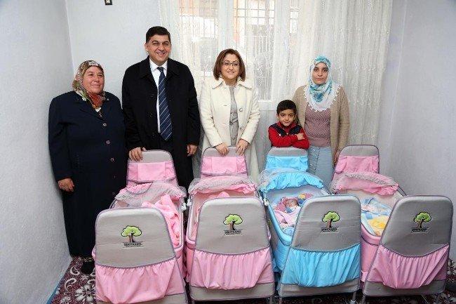 Fatma Şahin'den yetim dördüzlere destek sözü