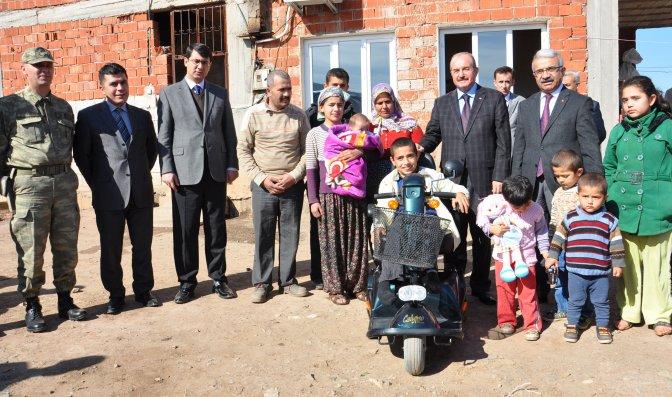 Bakan Avcı'dan engelli çocuğa akülü araba