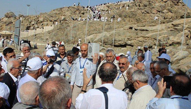 Umre'deki Alevi ve Bektaşiler Arafat'ta dua etti