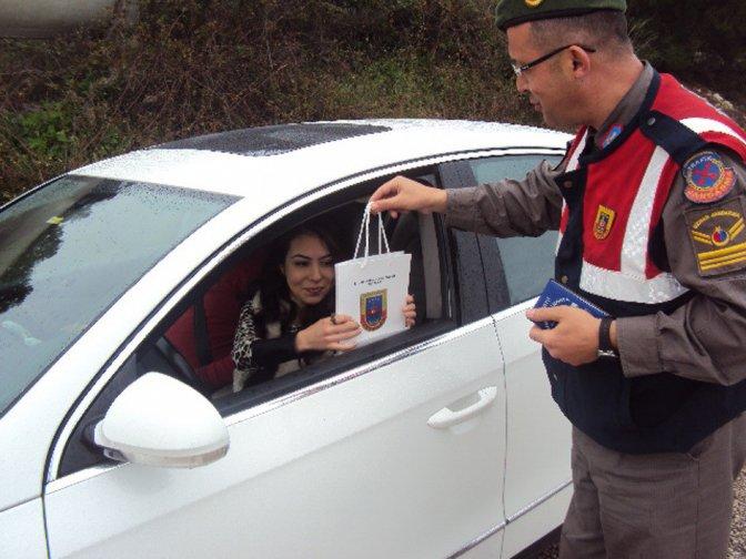 Jandarmadan kadın sürücülere karanfil