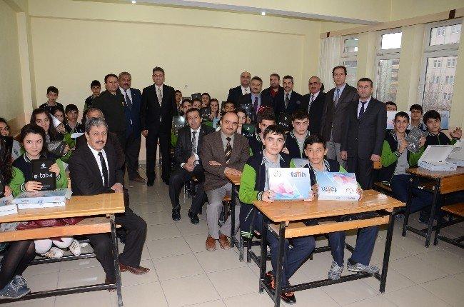 Elbistan'da öğrenciler tabletlerini aldı
