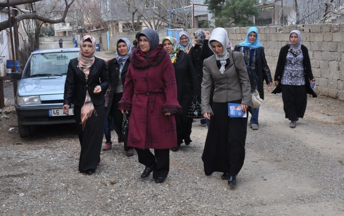 İlk kadın adaylar, erkeklere karşı yarışıyor