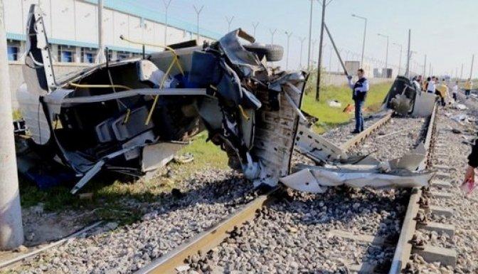 Yolcu treni servis minibüsüne çarptı: 9 Ölü 5 yaralı