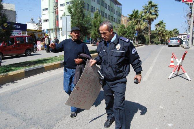 Türkçe ve Arapça yazılı pankartla eş arıyor