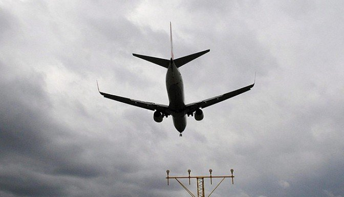 Avustralya'da yolcu uçağı kaçırıldı