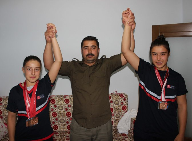 Güreşçi Kız Kardeşlerin Gözü Dünya Şampiyonluğunda