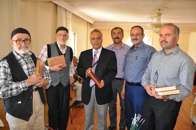 Huzurevi Sakinlerine Kur'an-ı Kerim Hediye Ettiler