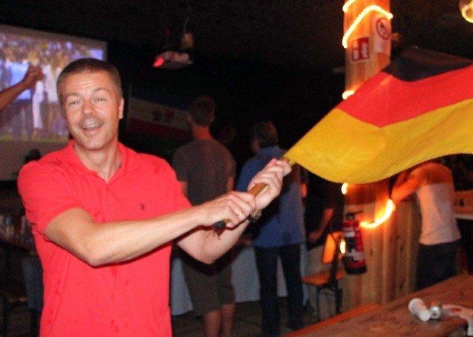 Alman Askerlerin Kupa Sevinci