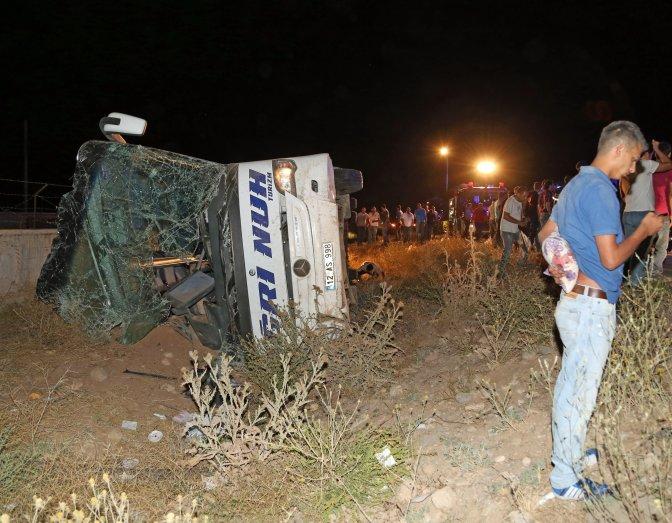 Yolcu otobüsü devrildi: 49 yaralı