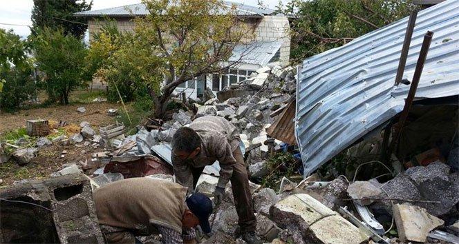 Fırtınada devrilen minare evin üzerine düştü!