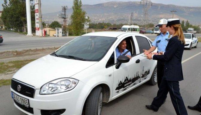 Polisten sürücülere bayram şekeri
