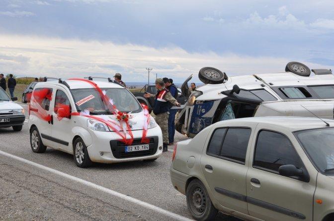 Düğüne giden minibüs devrildi: 1 ölü, 17 yaralı