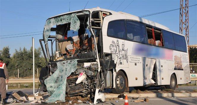 Yolcu otobüsüyle kamyon çarpıştı: 2 ölü, 16 yaralı!