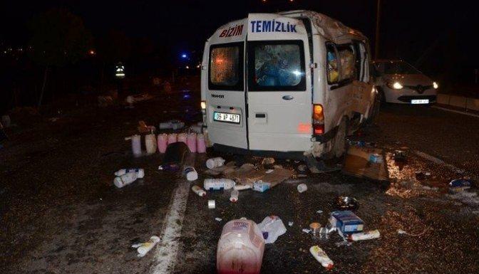 Temizlik malzemesi yüklü minibüs takla attı: 1 Yaralı