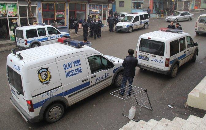 Polis, kendisini bıçaklayan kişiyi tabancayla yaraladı