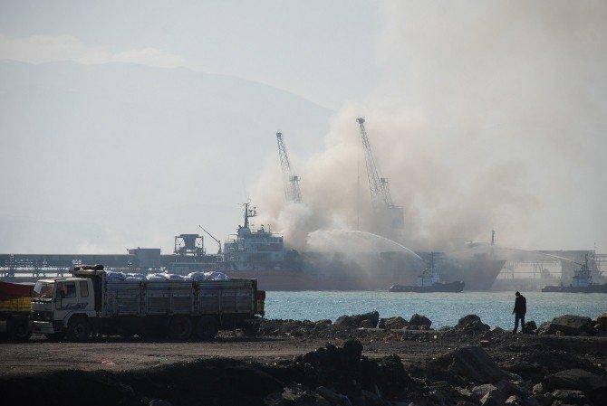 İskenderun'da Saman Yüklü Gemi Yanıyor