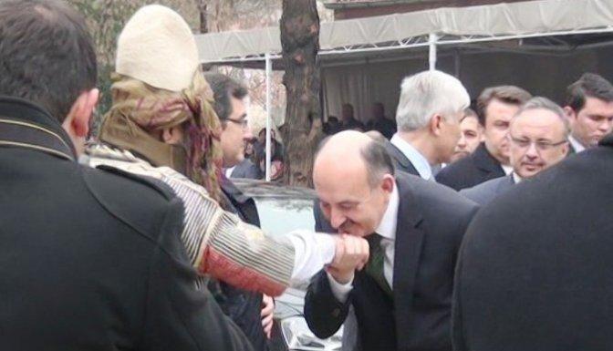 Bakan Müezzinoğlu, Kuvayi Milliye Mücahitler Derneği Başkanının elini öptü