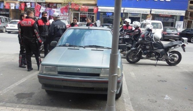 Plakasız Otomobil Polisi Alarma Geçirdi