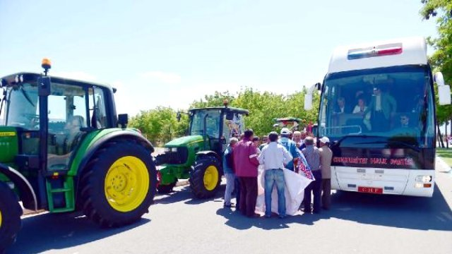 Çiftçiler CHP Otobüsünün Önünü Kesti