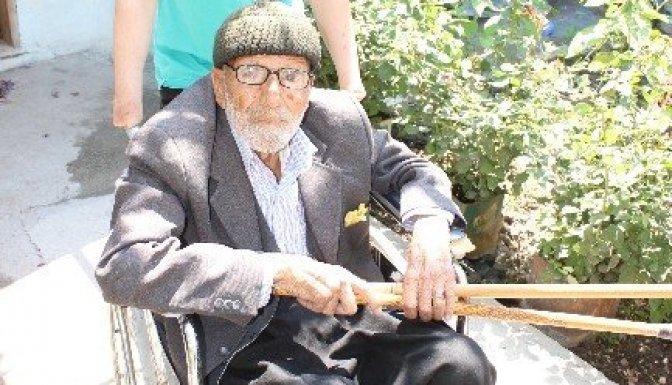 104 Yaşındaki Ali Dede Engelli torunuyla sandığa gitti