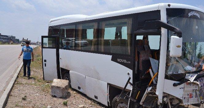Lastiği patlayan otobüs refüje girdi: 10 yaralı!
