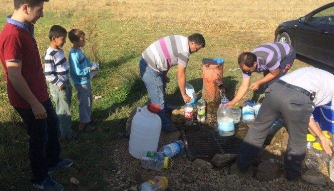Suları akmayan vatandaş pınara koştu!